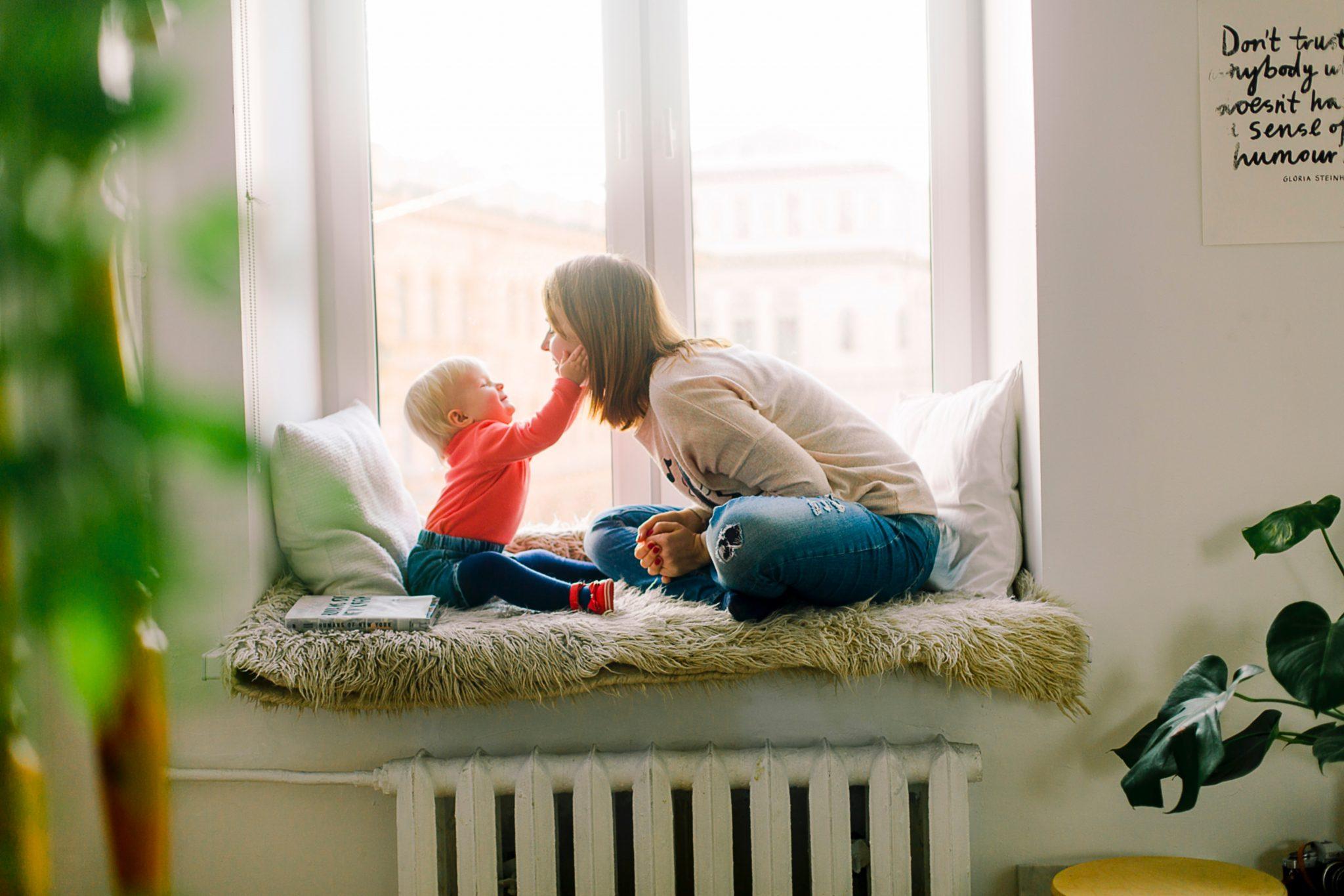 Çalışan anne, çalışırken emzirmek, işyerinde süt sağmak, süt sağma pompası, anne sütü nasıl saklanır